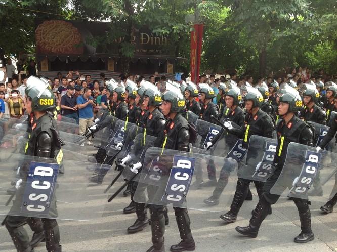Dân đổ ra đường xem diễu binh hoành tráng mừng Quốc Khánh ảnh 26