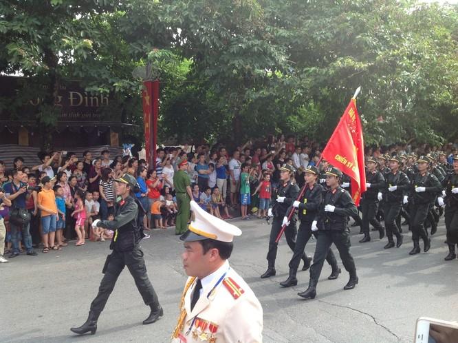 Dân đổ ra đường xem diễu binh hoành tráng mừng Quốc Khánh ảnh 27
