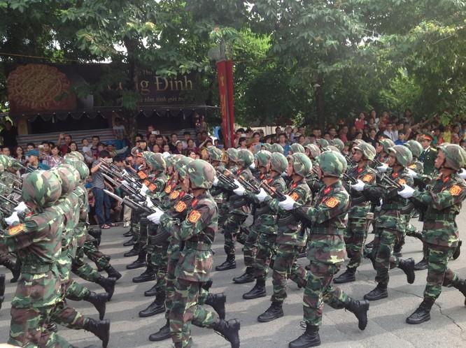 Dân đổ ra đường xem diễu binh hoành tráng mừng Quốc Khánh ảnh 10