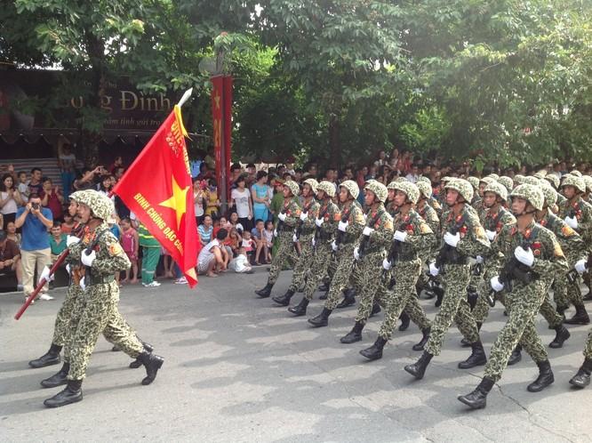 Dân đổ ra đường xem diễu binh hoành tráng mừng Quốc Khánh ảnh 12