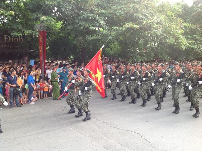 Dân đổ ra đường xem diễu binh hoành tráng mừng Quốc Khánh ảnh 15