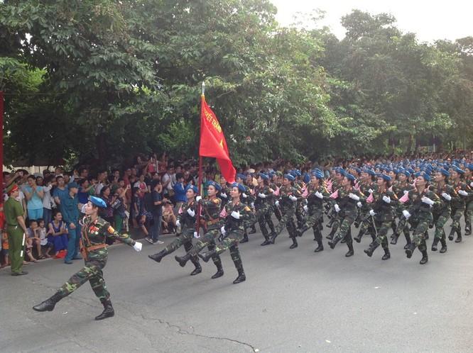 Dân đổ ra đường xem diễu binh hoành tráng mừng Quốc Khánh ảnh 16