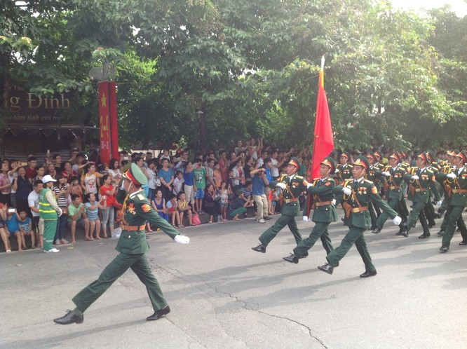 Dân đổ ra đường xem diễu binh hoành tráng mừng Quốc Khánh ảnh 2
