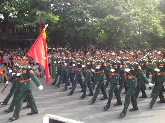 Dân đổ ra đường xem diễu binh hoành tráng mừng Quốc Khánh ảnh 3