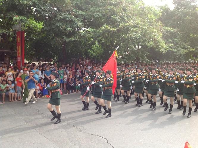 Dân đổ ra đường xem diễu binh hoành tráng mừng Quốc Khánh ảnh 4