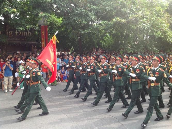 Dân đổ ra đường xem diễu binh hoành tráng mừng Quốc Khánh ảnh 6