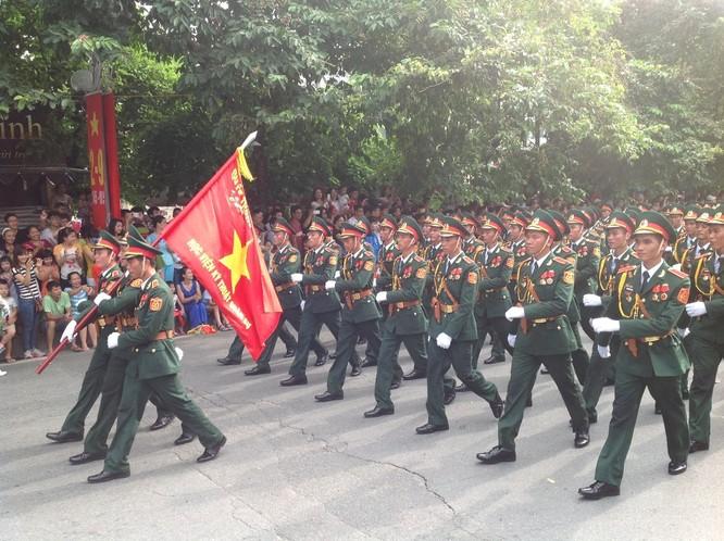 Dân đổ ra đường xem diễu binh hoành tráng mừng Quốc Khánh ảnh 7