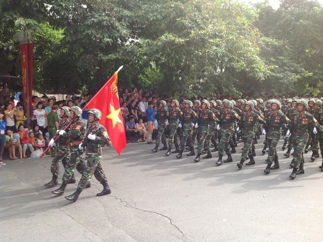Dân đổ ra đường xem diễu binh hoành tráng mừng Quốc Khánh ảnh 9
