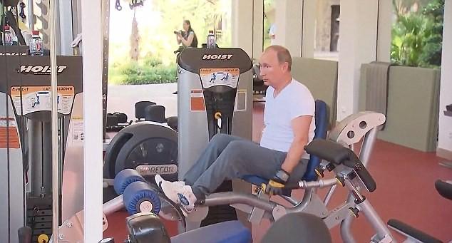 Tổng thống Putin xài hàng hiệu, sở hữu bộ sưu tập đồng hồ 500.000 USD ảnh 2