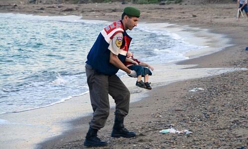 """Châu Âu lại """"chết lặng"""" với lập luận của cậu bé di cư người Syria ảnh 1"""