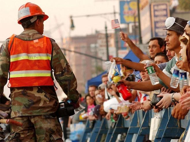 Những hình ảnh khiến người Mỹ không quên vụ 11/9 ảnh 16