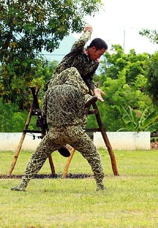 Lính đặc công luyện tập tác chiến chống khủng bố ảnh 12