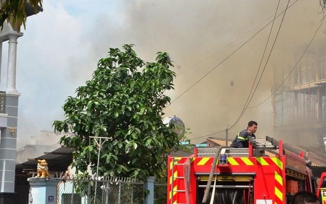 TPHCM: Biển lửa thiêu rụi công ty may, nhà xưởng đổ sập ảnh 4