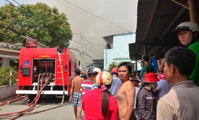 TPHCM: Biển lửa thiêu rụi công ty may, nhà xưởng đổ sập ảnh 5
