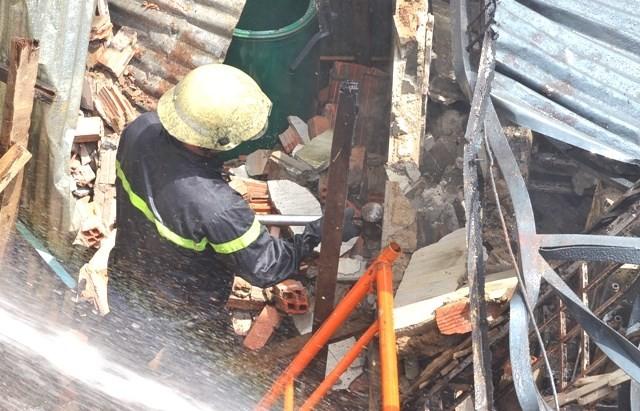TPHCM: Biển lửa thiêu rụi công ty may, nhà xưởng đổ sập ảnh 6
