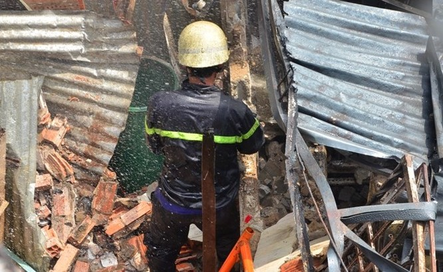 TPHCM: Biển lửa thiêu rụi công ty may, nhà xưởng đổ sập ảnh 2