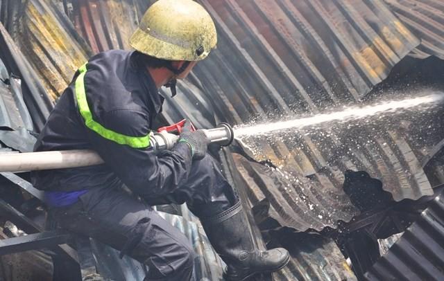 TPHCM: Biển lửa thiêu rụi công ty may, nhà xưởng đổ sập ảnh 7