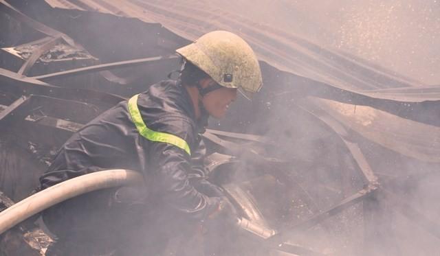 TPHCM: Biển lửa thiêu rụi công ty may, nhà xưởng đổ sập ảnh 3