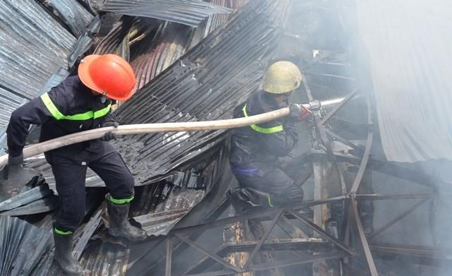 TPHCM: Biển lửa thiêu rụi công ty may, nhà xưởng đổ sập ảnh 9