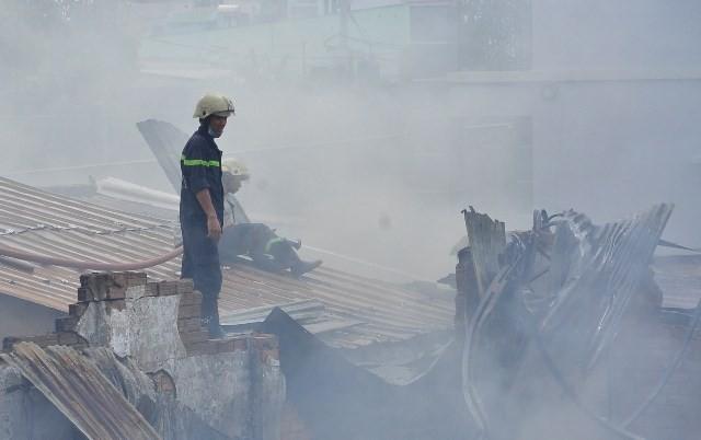 TPHCM: Biển lửa thiêu rụi công ty may, nhà xưởng đổ sập ảnh 8