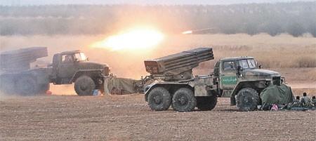 Dưới hỏa lực Nga - Bộ binh, xe tăng Syria giành từng mét đất từ tay khủng bố ảnh 1