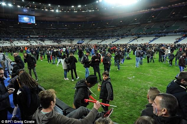 Những khoảnh khắc hãi hùng vụ tấn công đẫm máu tại Paris ảnh 1