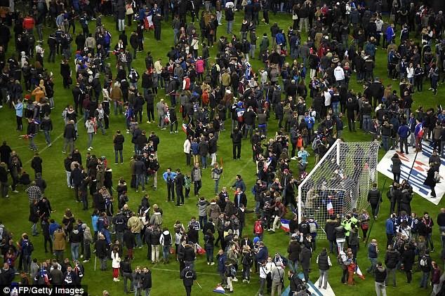 Những khoảnh khắc hãi hùng vụ tấn công đẫm máu tại Paris ảnh 4