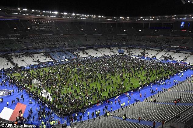 Những khoảnh khắc hãi hùng vụ tấn công đẫm máu tại Paris ảnh 6