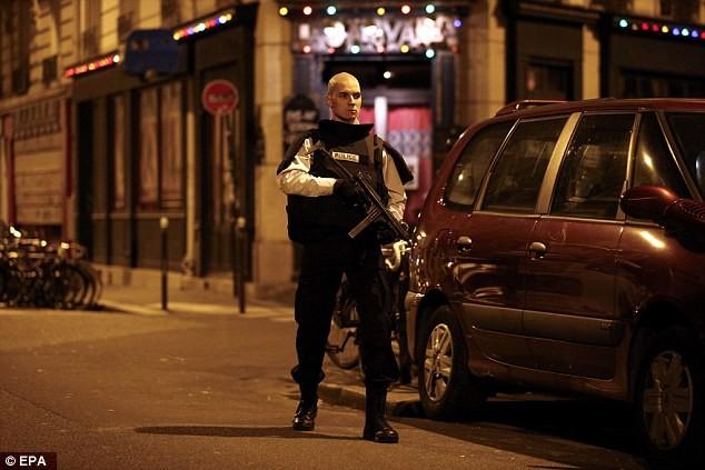Những khoảnh khắc hãi hùng vụ tấn công đẫm máu tại Paris ảnh 12