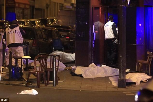 Những khoảnh khắc hãi hùng vụ tấn công đẫm máu tại Paris ảnh 13