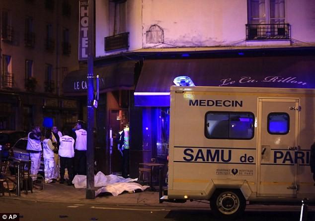 Những khoảnh khắc hãi hùng vụ tấn công đẫm máu tại Paris ảnh 14