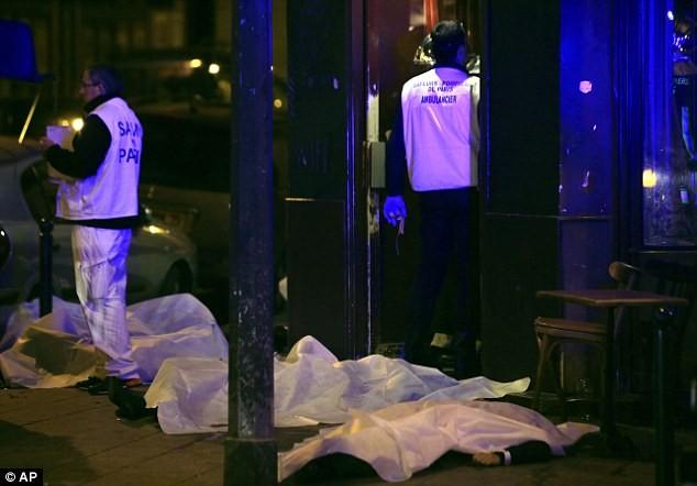 Những khoảnh khắc hãi hùng vụ tấn công đẫm máu tại Paris ảnh 16