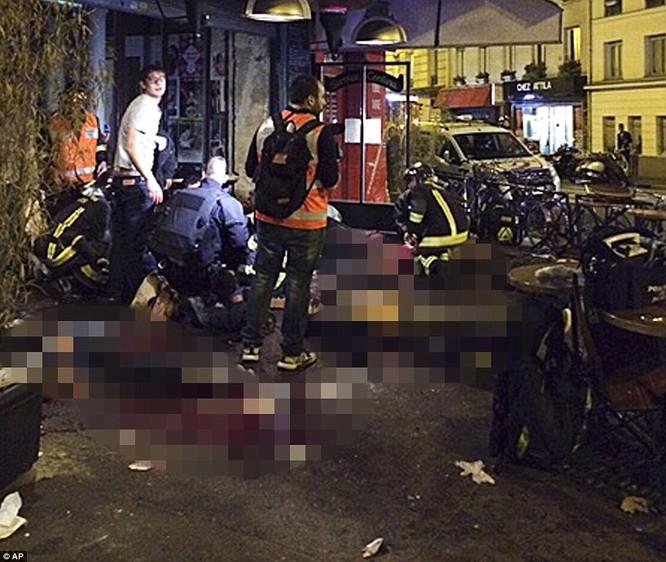 Những khoảnh khắc hãi hùng vụ tấn công đẫm máu tại Paris ảnh 18