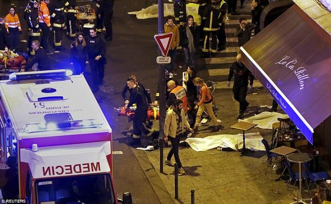 Những khoảnh khắc hãi hùng vụ tấn công đẫm máu tại Paris ảnh 19