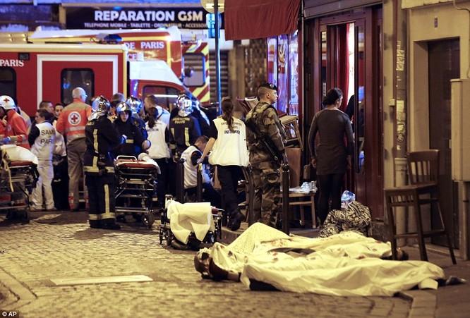 Những khoảnh khắc hãi hùng vụ tấn công đẫm máu tại Paris ảnh 20