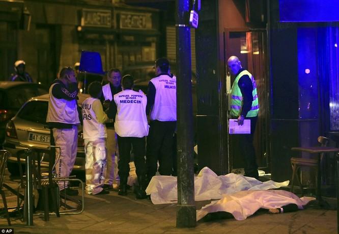 Những khoảnh khắc hãi hùng vụ tấn công đẫm máu tại Paris ảnh 21