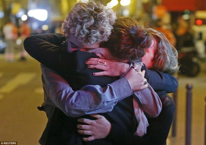 Những khoảnh khắc hãi hùng vụ tấn công đẫm máu tại Paris ảnh 22
