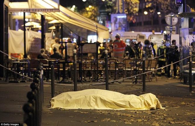 Những khoảnh khắc hãi hùng vụ tấn công đẫm máu tại Paris ảnh 23