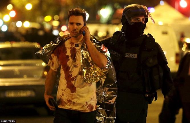 Những khoảnh khắc hãi hùng vụ tấn công đẫm máu tại Paris ảnh 24