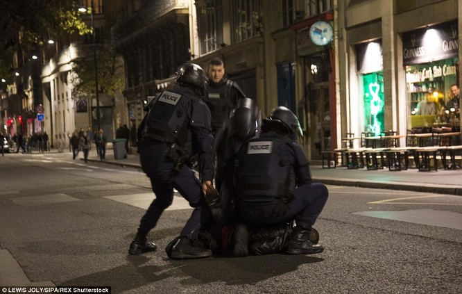 Những khoảnh khắc hãi hùng vụ tấn công đẫm máu tại Paris ảnh 25