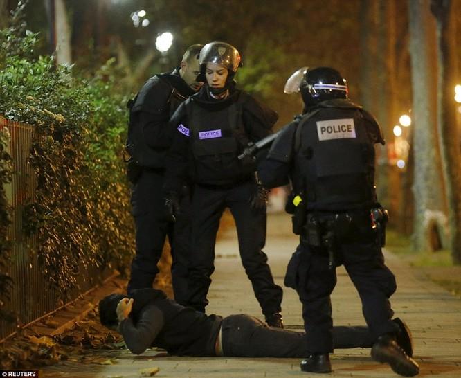 Những khoảnh khắc hãi hùng vụ tấn công đẫm máu tại Paris ảnh 26