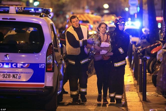 Những khoảnh khắc hãi hùng vụ tấn công đẫm máu tại Paris ảnh 27