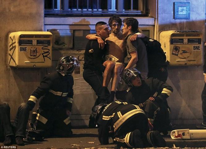 Những khoảnh khắc hãi hùng vụ tấn công đẫm máu tại Paris ảnh 28