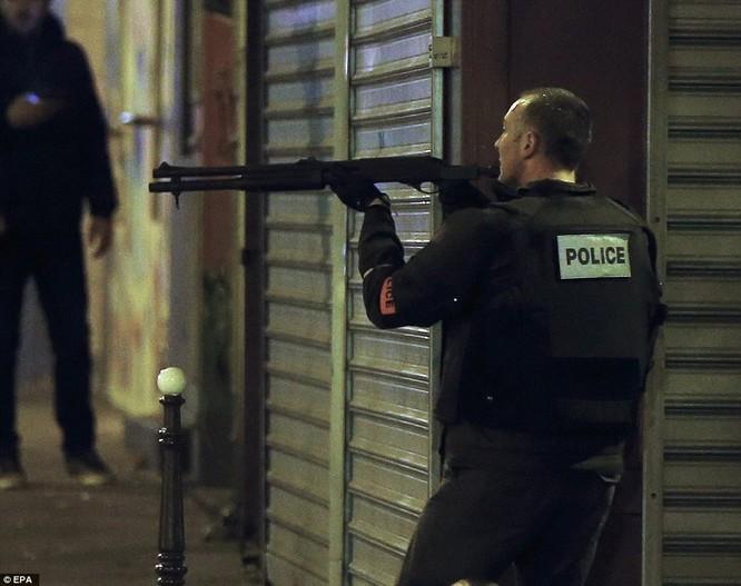 Những khoảnh khắc hãi hùng vụ tấn công đẫm máu tại Paris ảnh 30