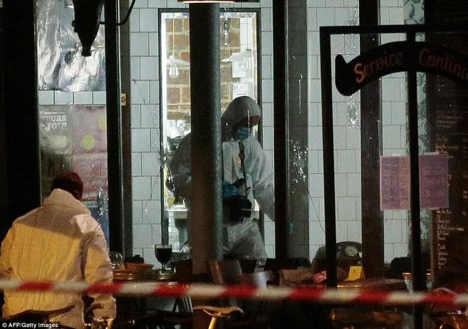 Những khoảnh khắc hãi hùng vụ tấn công đẫm máu tại Paris ảnh 31