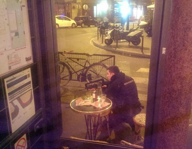 Những khoảnh khắc hãi hùng vụ tấn công đẫm máu tại Paris ảnh 32
