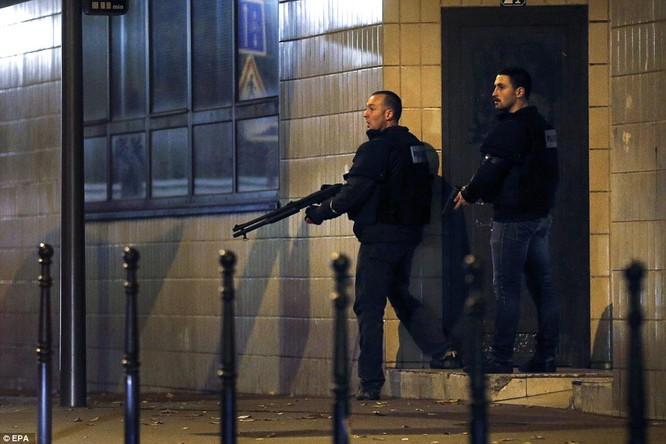 Những khoảnh khắc hãi hùng vụ tấn công đẫm máu tại Paris ảnh 33