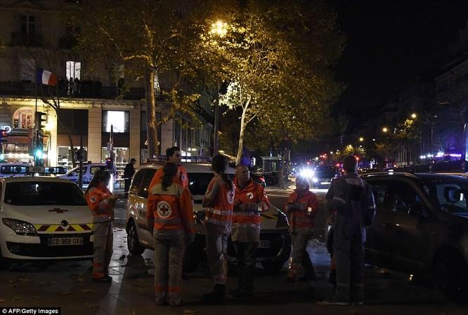 Những khoảnh khắc hãi hùng vụ tấn công đẫm máu tại Paris ảnh 34