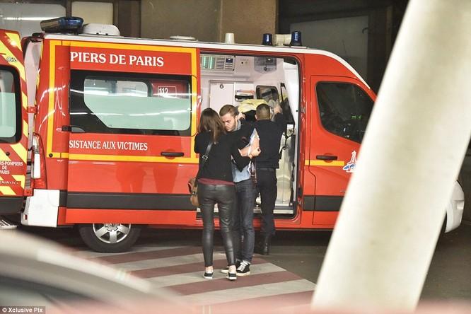 Những khoảnh khắc hãi hùng vụ tấn công đẫm máu tại Paris ảnh 36
