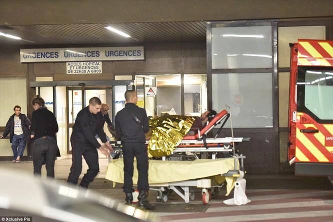 Những khoảnh khắc hãi hùng vụ tấn công đẫm máu tại Paris ảnh 37